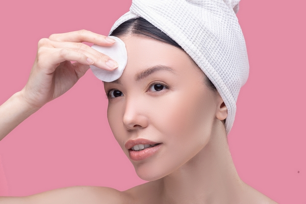 Exfoliation is a good remedy to remove deep forehead wrinkles.