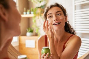 6 Tips on How to Moisturize Your Face Effectively